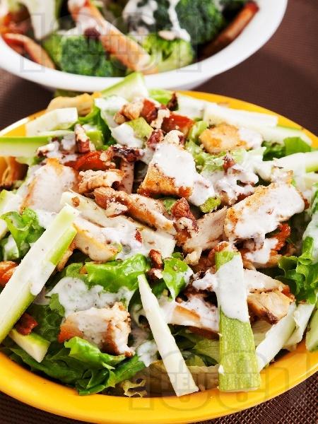 Зелена салата с пиле и тиквички - снимка на рецептата
